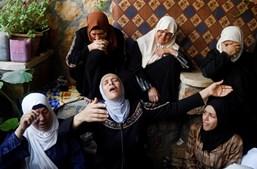 Mãe do palestiniano Rasheed Abu Arra, que morreu durante confrontos com a polícia israelita, a chorar a sua morte acompanhada por outras mulheres