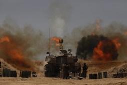 Artilharia Israelita apoio raides aéreos sobre Faixa de Gaza