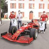 Cristiano Ronaldo na fábrica da Ferrari com os pilotos Carlos Sainz Jr. e Charles Leclerc