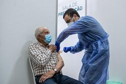 País já administrou mais de quatro milhões de vacinas. Até dia 23 devem ter uma dose todas as pessoas com mais de 60