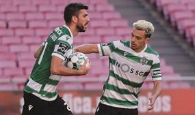 Pote apressa colega Paulinho para o jogo recomeçar, após um golo