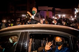 O Presidente da República, Marcelo Rebelo de Sousa, durante o percurso entre o aeroporto internacional Osvaldo Vieira e o centro de Bissau, no início da visita oficial que decorre entre 17 e 18 de maio, em Bissau