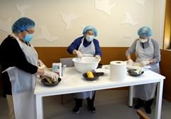 O centro desenvolve ações para a comunidade, como atividades de culinária.