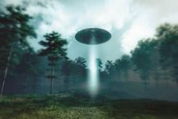 Vídeos mostram objetos estranhos nos céus, mas não com a clareza do OVNI desta montagem