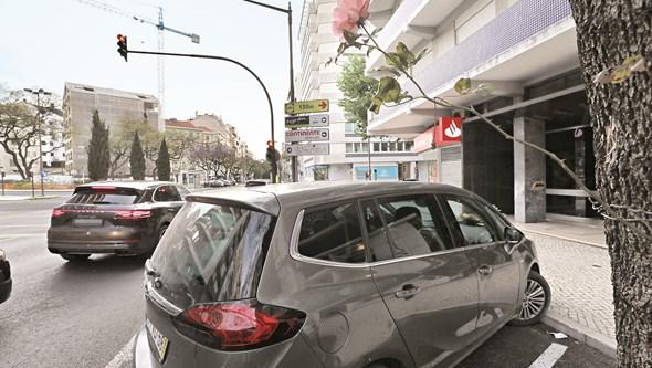 Pai grita desesperado com filha bebé morta nos braços esquecida pela mãe no carro em Lisboa