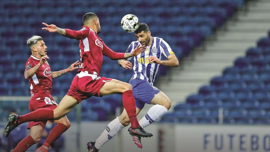Taremi leva vantagem no jogo aéreo sobre os famalicenses Diogo Figueiras e Riccieli