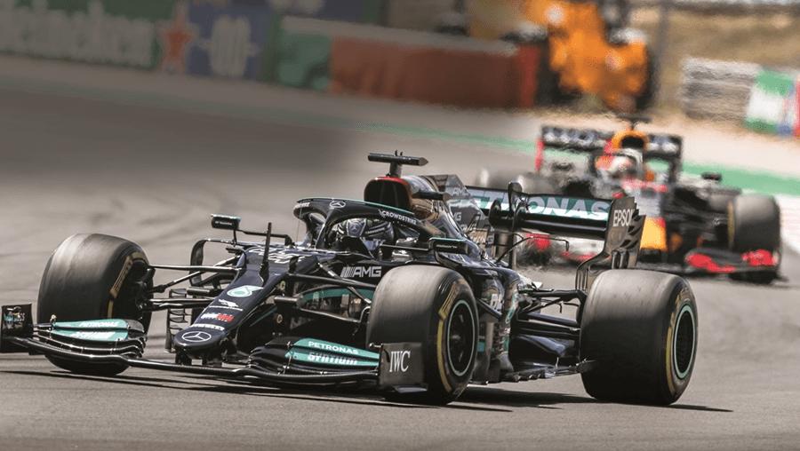 Hamilton superou concorrência de Verstappen (Red Bull) e Bottas (Mercedes)