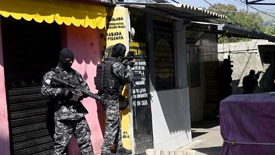 Durante várias horas, houve diversos confrontos com armas de guerra entre criminosos e a polícia