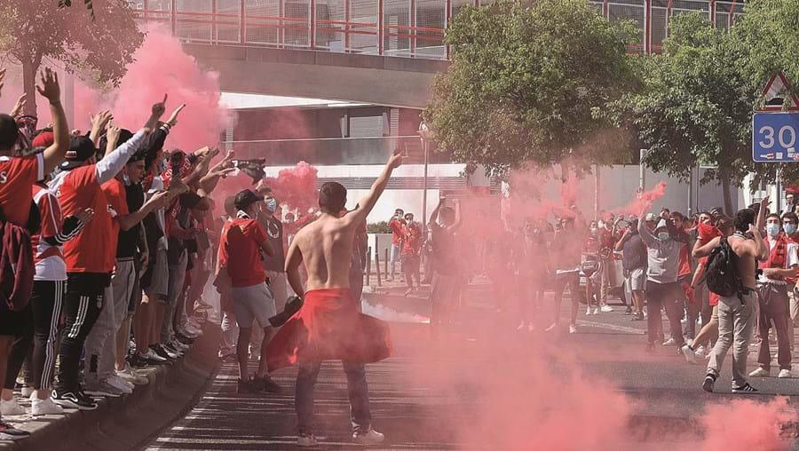 Adeptos do Benfica deram apoio á equipa antes do jogo
