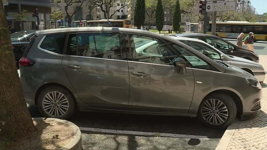 Bebé encontrada morta após sete horas trancada em carro no centro de Lisboa
