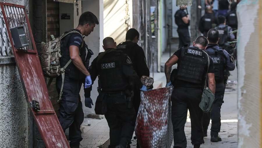 Polícias entraram em força na favela em busca de traficantes e executaram-nos à queima-roupa entre os moradores