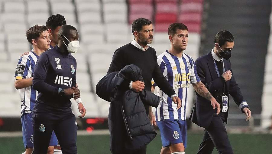 Semblantes fechados nos elementos da equipa do FC Porto logo após o final do jogo na Luz