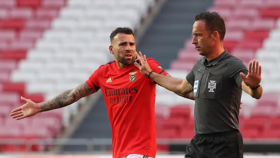Otamendi discute uma decisão de Artur Soares Dias, durante o jogo com o FC Porto, na quinta-feira