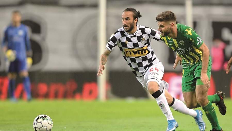 Sebastian Perez (Boavista) e Mario González (Tondela) em fase do jogo de ontem, no Estádio do Bessa