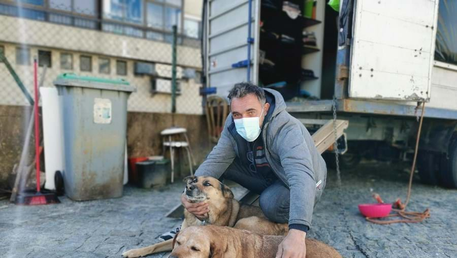 António Augusto, de 48 anos, vive com dois cães numa carrinha