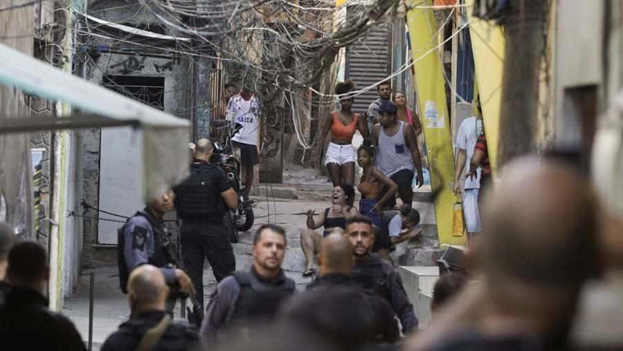 Polícia do Rio de Janeiro foi acusada de execuções sumárias e força excessiva em operação contra traficantes na favela do Jacarezinho, na quinta-feira