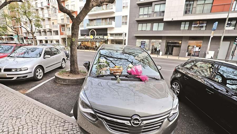 Flores deixadas no carro em que Maria Pilar, de dois anos, ficou fechada