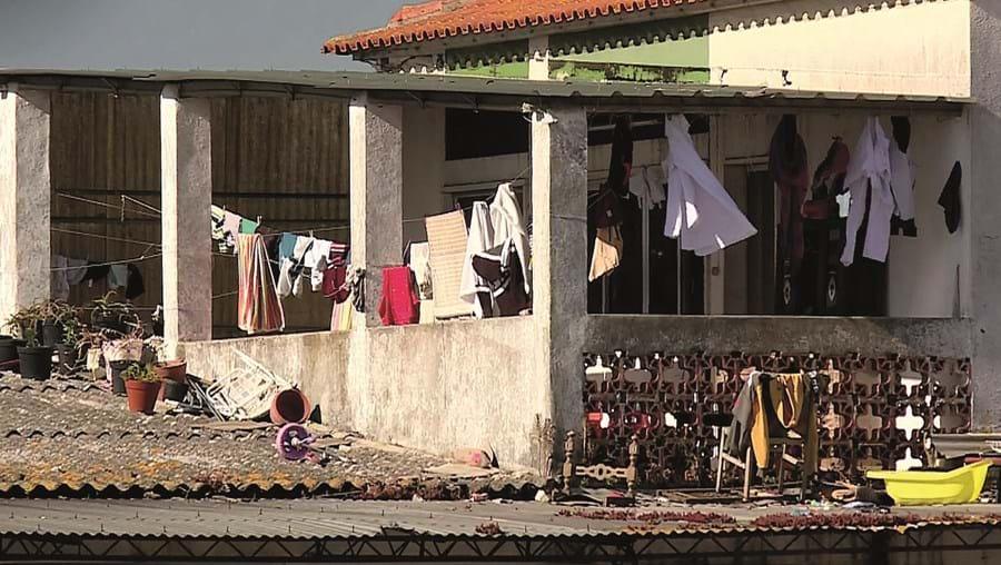 Habitações sem condições onde vivem várias famílias: há casas com 16 pessoas e os quartos são partilhados