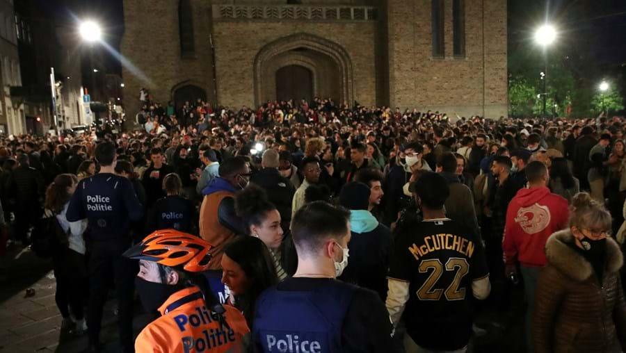 Polícia dispersa multidão que comemorava fim do recolher obrigatório devido à Covid-19 em Bruxelas