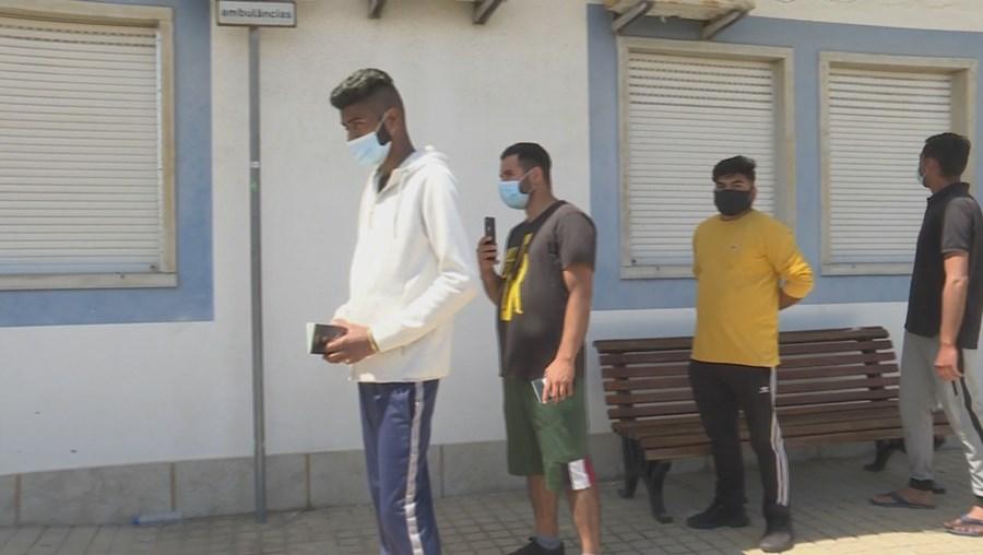 Filas de migrantes para testes à Covid-19 em Odemira