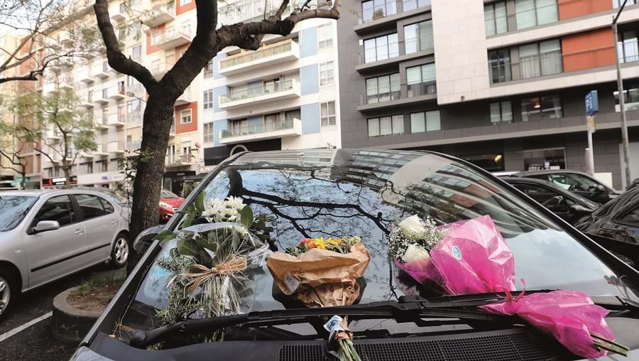 Algumas pessoas depositaram flores no carro onde a menina de dois anos morreu, estacionado na Avenida Miguel Bombarda, rua localizada no centro de Lisboa