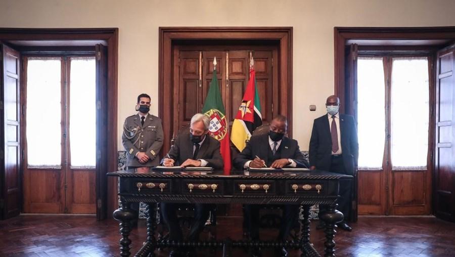 O ministro da Defesa Nacional, João Gomes Cravinho, acompanhado pelo seu homólogo de Moçambique, Jaime Bessa Augusto Neto
