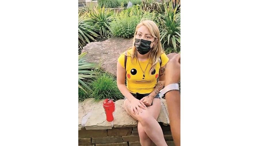 Jovem ameaçada em parque de diversões por usar calções muito curtos