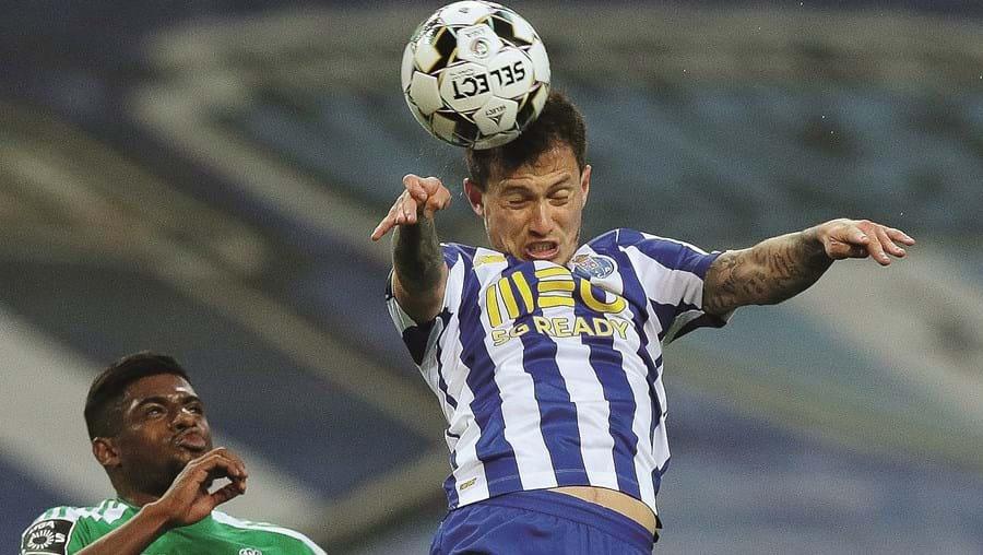 Otávio ganha lance de cabeça, em duelo com Abner. O FC Porto esteve sempre por cima neste jogo