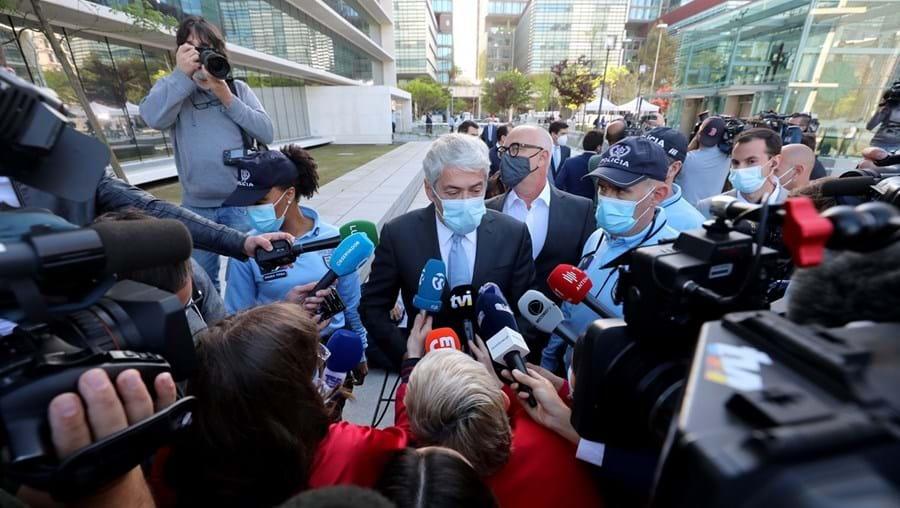 O antigo primeiro-ministro, José Sócrates, foi pronunciado pelo juiz Ivo Rosa por crimes de branqueamento de capitais e falsificação de documento