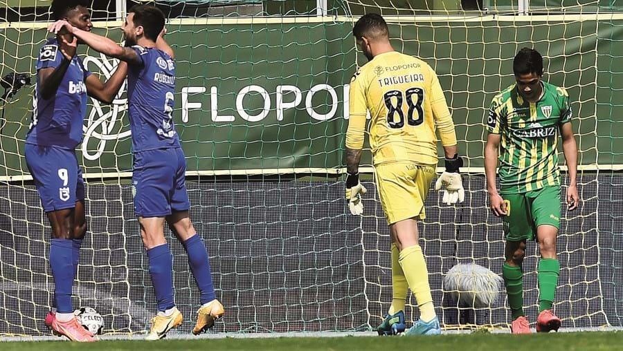 Cassierra e Rúben Lima  festejam o primeiro golo do Belenenses, no jogo em Tondela
