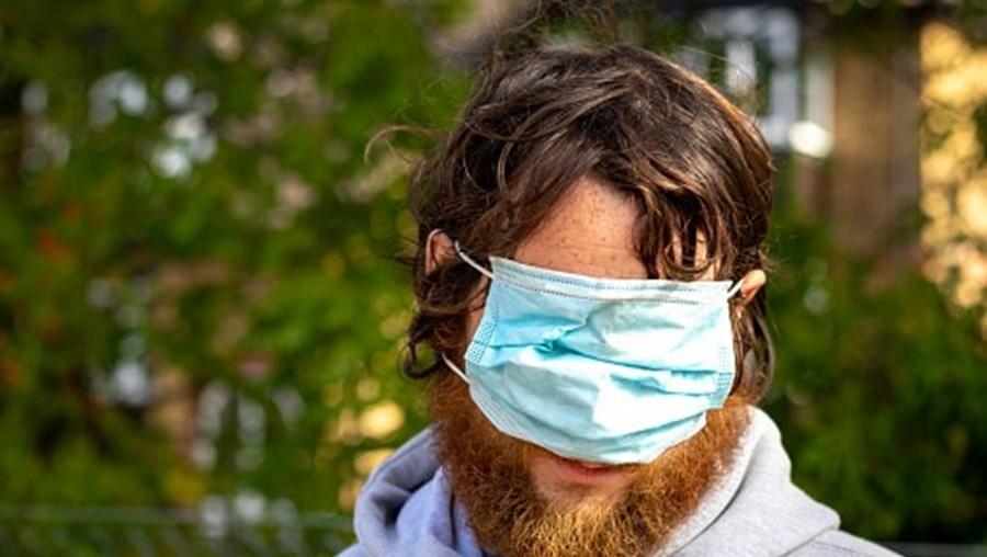 Homem a usar mal a máscara