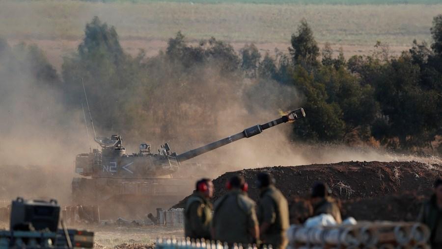 Israel está a deslocar tanques e tropas para a fronteira de Gaza