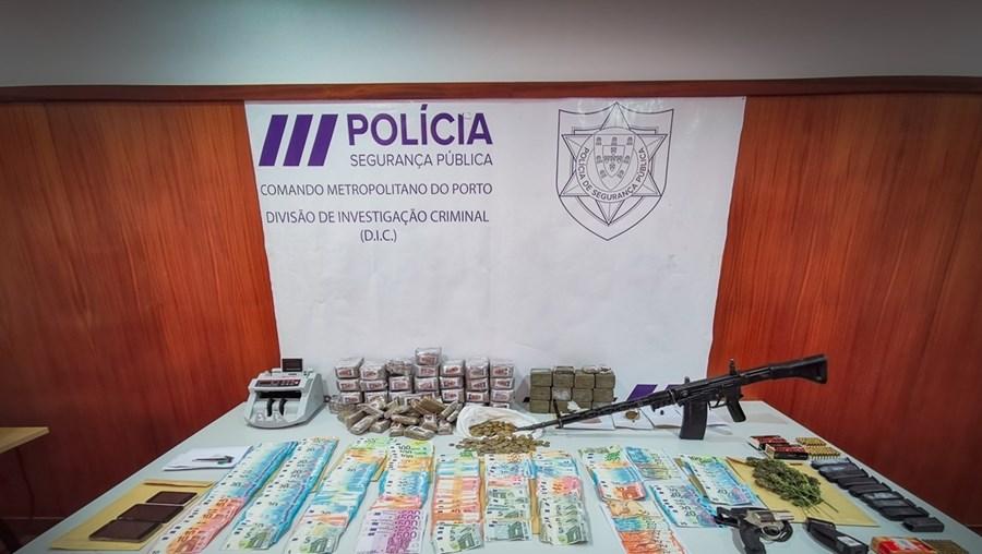 Droga, dinheiro e armas apreendidas pela PSP, entre as quais se incluem os carregadores