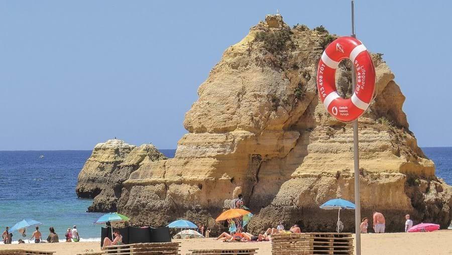 No Algarve, a época balnear arranca no dia 1 de junho, mas na praia da Rocha já começaram os preparativos