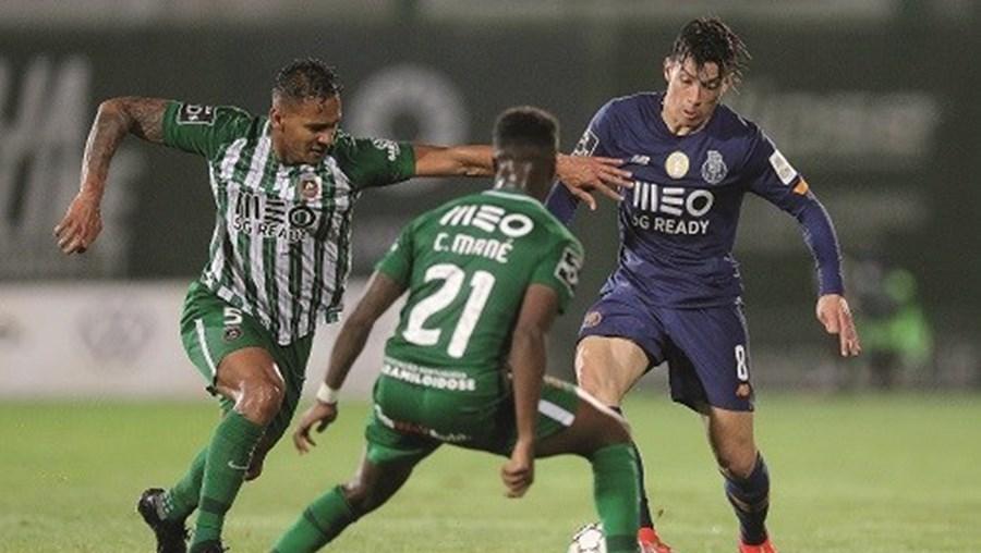 Uribe (FC Porto) tenta vencer a oposição de Carlos Mané (Rio Ave)