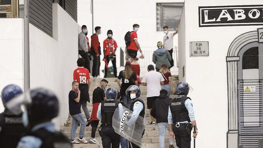 Adeptos rigorosamente vigiados nas imediações do Estádio da Luz