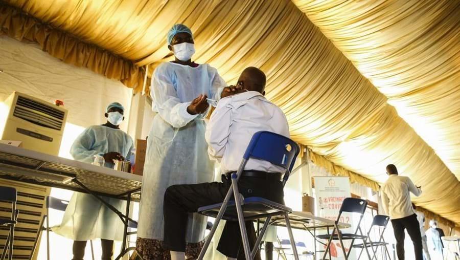 Vacinação no Centro Paz Flor, em Luanda, Angola
