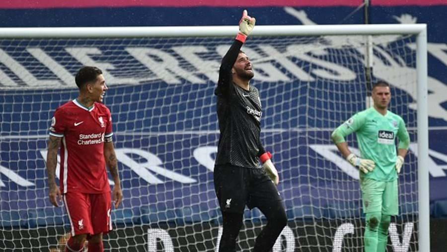 Golo do guarda-redes Alisson nos descontos garante vitória do Liverpool