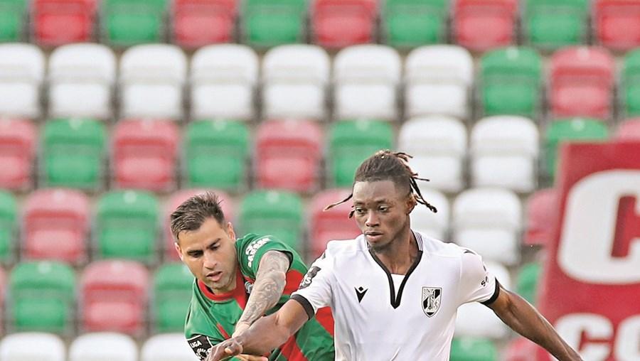 Correa (Marítimo) e Mensah (V. Guimarães) em fase do jogo de ontem