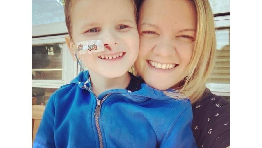 Menino de seis anos trava batalha contra doença rara ligada à Covid-19