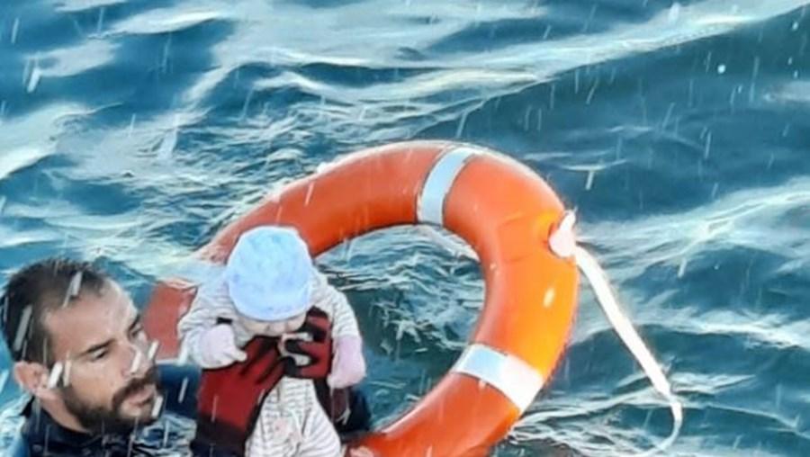 Bebé é salvo por polícia no mar de Ceuta e momento fica registado