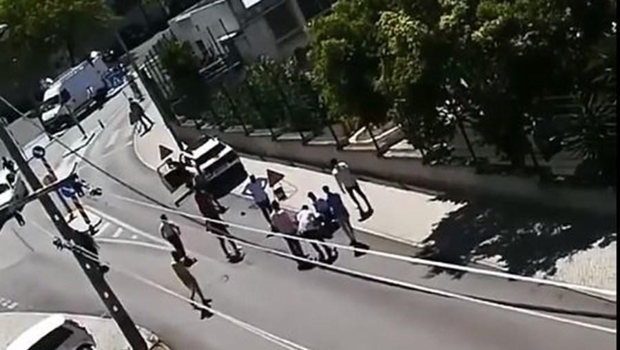 Grupo de 20 homens cerca polícias e liberta detido em Almada