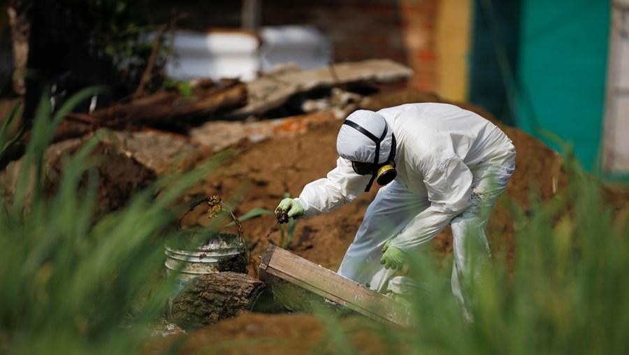 Investigadores recuperaram restos humanos no jardim da moradia