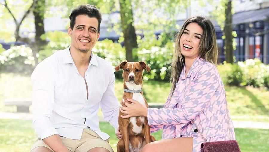 Pedro Moreira e Isabela Cardinali já não imaginam a sua vida sem a brincalhona Guess, que adotaram há pouco mais de um ano