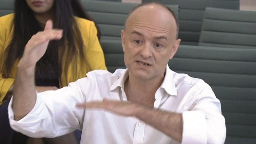 Dominic Cummings multiplicou acusações ao primeiro-ministro, descrevendo uma gestão do combate à Coviddesastrosa