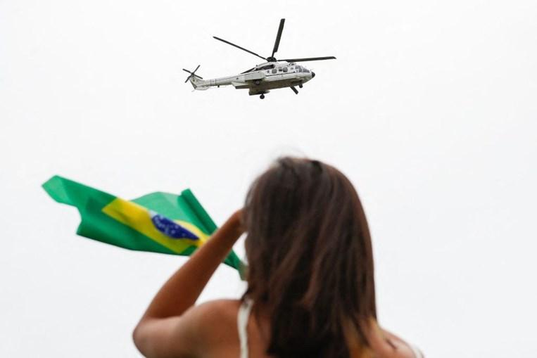 Bolsonaro sobrevoa de helicóptero manifestação que pede ditadura militar no Brasil
