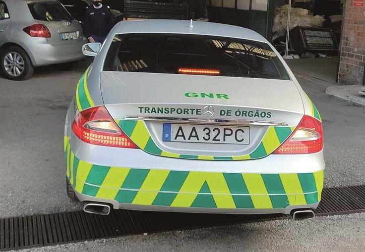 Mercedes à entrada da oficina onde vão ser feitos os trabalhos de correção aprovados pela GNR