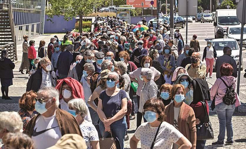 Filas para vacinação contra a Covid-19 aconteceram devido a falhas com o autoagendamento. Coimbra foi uma das cidades onde o erro deixou centenas à espera