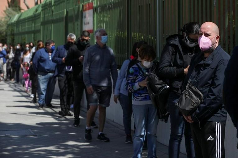 Eleitores formam longas filas para votar em Madrid
