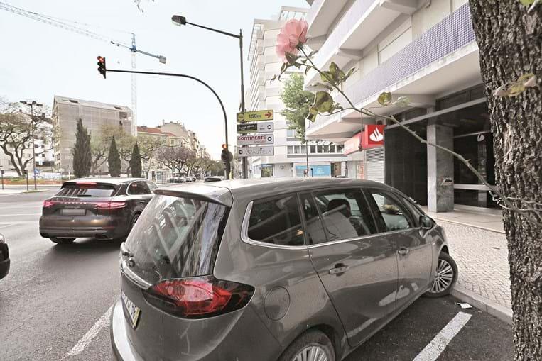 Carro continua no estacionamento. A bebé esteve na cadeirinha sete horas, sem que ninguém se apercebesse, numa das mais movimentadas avenidas de Lisboa